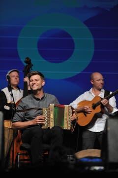 Adrian Würsch am Schwyzerörgeli mit dem Love Tree Ensemble. (Bild: Urs Hanhart)
