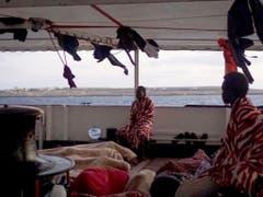 Land in Sicht: Flüchtlinge und Migranten harren auf dem Rettungsschiff von Open Arms aus. (Bild: KEYSTONE/EPA OPEN ARMS/FRANCISCO GENTICO/OPEN ARMS HANDOUT)