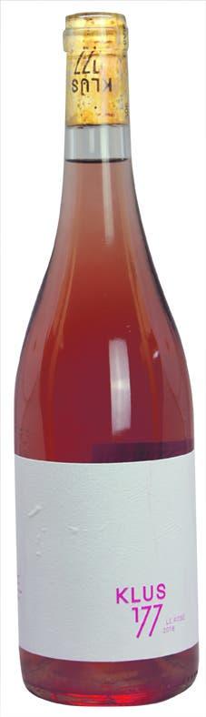 Klus 177 – Le Rosé 2018 AOC Basel-Landschaft, Pinot Noir, Galotta, Mara, 13,5 Vol.-%. 16 Fr.- Diese Assemblage aus 50 Prozent Pinot Noir und je 25 Prozent Galotta und Mara wächst auf biodynamisch bewirtschafteten Rebbergen. Der Wein duftet, wie er aussieht – nach Erdbeeren und anderen roten Beeren, eine herb-frische Kräuterwürzigkeit rundet das Spektrum ab. Leicht reduktive Noten zeugen vom Ausbau auf der Feinhefe (zu einem Drittel im Barrique). Im Auftakt ist er spritzig, danach rund und rotfruchtig mit schöner Balance zwischen dezenter Restsüsse und vitaler Säure. Bis ins Finish hinein sorgt eine frische Amertume für eine schöne Struktur. www.klus177.chBild: Joël Gernet