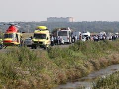 Rettungsfahrzeuge und Helikopter in der Nähe des Maisfeldes, in dem der verunglückte Airbus der Ural Airlines liegt. (Bild: KEYSTONE/EPA/SERGEI ILNITSKY)