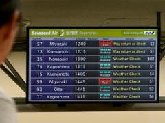 Ein Passagier studiert im Flughafen Haneda in Tokio die Informationen zu den Flügen. (Bild: KEYSTONE/EPA/KIMIMASA MAYAMA)