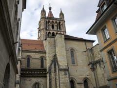 Der Westturm der Kathedrale, genannt «la tour inachevée» (der nicht fertiggestellte Turm), soll zwischen 2024 und 2029 renoviert werden. (Bild: Keystone/JEAN-CHRISTOPHE BOTT)
