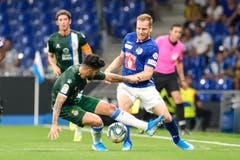 Luzerns Christian Schwegler kämpft um den Ball gegen Espanyols Gonzalo Pipa Avila. Bild: Freshfocus / Martin Meienberger (Barcelona, 15. August 2019)
