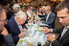«Parlamentini»: Christoph Blocher, der Fraktionschef der St.Galler SVP Michael Götte (vorne rechts) und Bildungsdirektor Stefan Kölliker kleben Bildchen.