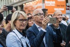 Mit dem Handy fotografierend ist am Stadtfest auch Stadtpräsident Thomas Scheitlin unterwegs. (Bild: Michel Canonica - 16. August 2019)