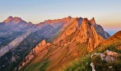 Wir hatten im Berggasthaus Schäfler übernachtet und den Wecker auf halb sechs gestellt. So erlebten wir einen traumhaften Sonnenaufgang über dem Hohen Kasten - und wenig später erstrahlte die Alpsteinkette vom Altmann bis zum Säntis und zu den Altenalptürmen in rosigem Morgenlicht. (Bild: Franz Gerhard)