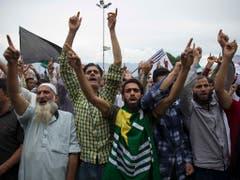 Proteste in Srinagar: Der wieder aufgeflammte Kaschmir-Konflikt reicht bis zur Unabhängigkeit des ehemaligen Britisch-Indien und der damit einhergehenden Abspaltung Pakistans im August 1947 zurück. (Bild: KEYSTONE/AP/DAR YASIN)