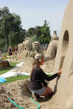 Künstlerin beim Feinschliff am Freitagnachmittag. (Bild: Sheila Eggmann)