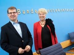 Gesine Schwan (rechts) und Ralf Stegner haben ihre gemeinsame Bewerbung für den Vorsitz der SPD am Freitag präsentiert. (Bild: KEYSTONE/EPA/HAYOUNG JEON)