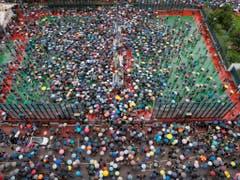 In Hongkong ist ein weiteres Protest-Wochenende im Gang: Zehntausende von Menschen beteiligen sich seit Freitagabend wieder an den Protesten. (Bild: KEYSTONE/AP/KIN CHEUNG)