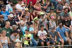 Die Stimmung im Publikum ist heiter – es werden fleissig Fotos geknipst. (Bild: Boris Bürgisser, Ennetmoos, 17. August 2019)