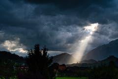 Dunkle Wolken über Stans, ein Lichtblick bleibt. (Bild: Christian Weber, Stans, 15. August 2019)