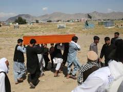Ein Sarg mit einem der über 60 Todesopfer des Anschlags in Kabul wird davongetragen. (Bild: KEYSTONE/AP/RAFIQ MAQBOOL)
