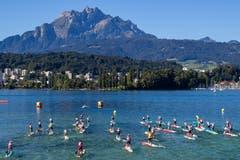 Die Paddler stechen in den See. (Bild: Philipp Schmidli, Luzern, 18. August 2019)