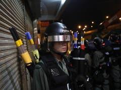 Die Einsatzkräfte standen bereit: Die Proteste vom Wochenende in Hongkong verliefen jedoch vorerst friedlich. (Bild: KEYSTONE/EPA/ROMAN PILIPEY)