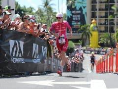 Daniela Ryf 2018 zu Beginn der Laufstrecke der Ironman-WM auf Hawaii auf dem Weg zu ihrem vierten Triumph (Bild: KEYSTONE/EPA/BRUCE OMORI)