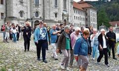 Rheintaler Pilger nach der Eucharistiefeier auf dem Weg ins Dorfzentrum. (Bild: Theodor Looser)