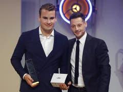 Timo Meier (links) erhielt den Hockey Award für internationale Leistungen von Mark Streit überreicht (Bild: KEYSTONE/PETER KLAUNZER)