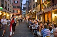 Zürich: An der Limmat vergleicht man sich, was das Nachtleben angeht, gerne mit Berlin. Aber um Mitternacht gibt es kein Bier mehr auf der Gasse. Jungpolitiker wollen das nun ändern.Fazit: Penibel protestantisch