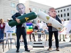 Friedensaktivisten protestieren in Berlin. (Bild: KEYSTONE/EPA/OMER MESSINGER)