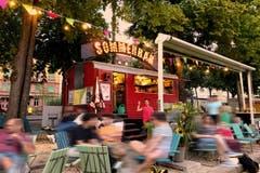Basel: Das Nachtleben am Rheinknie ist gemäss Lärmempfindlichkeitsstufenplan geregelt. Zum Beispiel in der Steinenvorstadt ist Nachtleben draussen bis 2:00 Uhr vorstellbar. Am Fluss lockt die Buvette.Fazit: Wohldosiertes Mittelmeer
