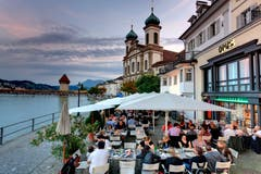 Luzern: Um Mitternacht müssen die Luzerner Beizer die Terrasse abräumen. Im Winter sogar noch früher. Dann ist um 23:00 Uhr Schluss. Das dürfte in der kalten Jahreszeit aber kaum jemanden stören.Fazit: Kaum Bella Vita im Süden