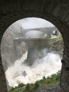 Ein eindrückliches Bild bot sich zwischen Andermatt und Göschenen. Dieses Bild zeigt, welche gewaltige Wassermassen nach den heftigen Regenfällen von Anfang August unter den beiden Teufelsbrücken durchflossen. (Bild: Uwe Zaugg, 11. August 2019)
