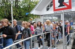 Die Schüler besteigen in Stansstad das Extraschiff. (19. August 2019)