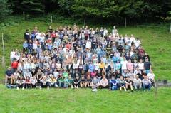 Die rund 200 Pestalozzi-Schüler mit ihren Lehrpersonen posieren auf dem Rütli für ein Erinnerungsfoto. (19. August 2019)
