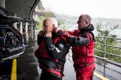 Der 73-jährige Ruedi Suter (links) taucht aus Sicherheitsgründen immer zu zweit. Sein Tauchpartner ist Stefan Ramp. Gegenseitig helfen sie sich auf beim Anziehen des Anzuges. (Bild: Manuela Jans-Koch, Hergiswil, 10. August 2019)