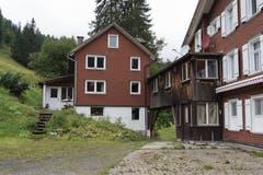 Das Berggasthaus (rechts) mit einem der beiden Nebengebäude.