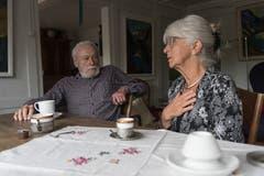 Hanspeter Walser (86), der erste Kassier des Vereins Chräzerli, diskutiert mit Esther Ferrari (79 über vergangene Zeiten.