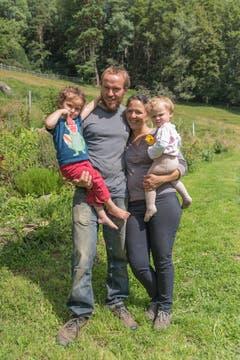 Marcel und Manuela Schmid mit zwei ihrer drei Kinder.