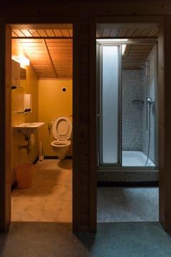 Nicht mehr genutztes WC und Dusche.