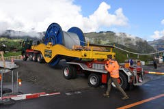 Die Chauffeure bewegten gemäss Funkanweisungen von Peter Wipfli ihre Giganten im Schritttempo über die Brücken. (Bild: Simon Vogt / Jungfraubahnen)