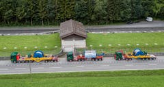 Der 56 Meter lange Lastwagenkonvoi wartet in Zweilütschinen auf die Weiterfahrt über die 25 Kunstbauten bis nach Grindelwald. (Bild: Alexander Strauch / Fatzer AG)