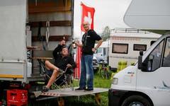 Pius Breitenmoser und Marco Fischbach aus Bütschwil haben ihren Kleinlaster mit allem eingerichtet, was es für das Schwing-Wochenende braucht. (Bild: Stefan Kaiser)