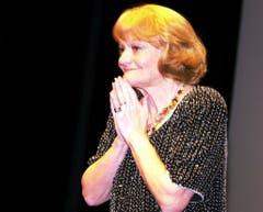 Ines Torelli nimmt die Gratulationen entgegen zu ihrem 70. Geburtstag im Zürcher Theater am Hechtplatz am Donnerstag 14. Juni 2001. (Bild: Keystone)