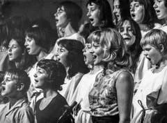 Ines Torelli singt während der Aufführung «Schlacht in St. Irgendwo» mit Jugendlichen und Kindern. Undatierte Aufnahme. (Bild: Keystone)