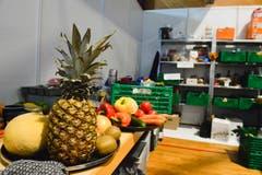 Im Catering-Bereich stapeln sich die Gemüse- und Früchtekisten.