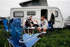 Benji und Raphi Peterhans aus Niederwil AG prosten sich schon Mal zu. (Bild: Stefan Kaiser)