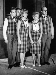 Jürg Randegger, Jörg Schneider, Ines Torelli, Stephanie Glaser und Paul Bühlmann, v.l.n.r. treten auf einer Schweizer Bühne gemeinsam auf und singen. Undatierte Aufnahme. (Bild: Keystone)