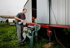 Marc Schneider macht den Bauwagen parat bis seine Kollegen eintreffen. (Bild: Stefan Kaiser)