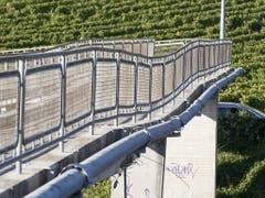 Eine deutliche Delle in der Fussgängerüberführung: Der Steg über die Autobahn zwischen Vevey und Montreux. (Bild: KEYSTONE/CYRIL ZINGARO)