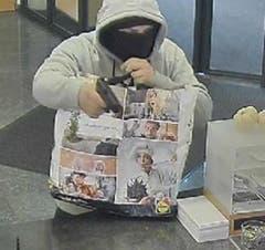 Im November 2018 bedrohte der Unbekannte die Angstellten der Kantonalbank in Sirnach mit einer Pistole. (Bild: Kapo TG)