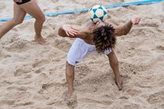 Ein Spieler des östreichischen Teams nimmt den Ball mit der Brust an. (Bild: Nadia Schärli, Kriens, 23. August 2019)
