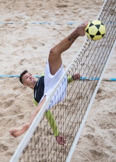 Der Spieler des italienischen Teams befördert den Ball mit dem Fuss übers Netz. (Bild: Nadia Schärli, Kriens, 23. August 2019)