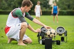 Cèderic Schmutz mit seiner Ballmaschine (Bild: Nadia Schärli, Kriens, 23. August 2019)