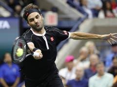 Mehr unter Druck als erwartet: Roger Federer brauchte vier Sätze, um sich gegen den Inder Sumit Nagal durchzusetzen (Bild: KEYSTONE/EPA/JOHN G. MABANGLO)