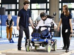 Ein gelähmter Athlet muss bei den Cybathlon-Wettkämpfen im Zürcher Hauptbahnhof mit dem Elektro-Rollstuhl über Hindernisse fahren. (Bild: KEYSTONE/WALTER BIERI)